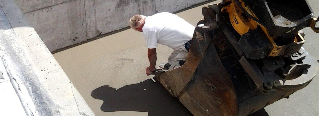 Murermester Søren glitter et gulv