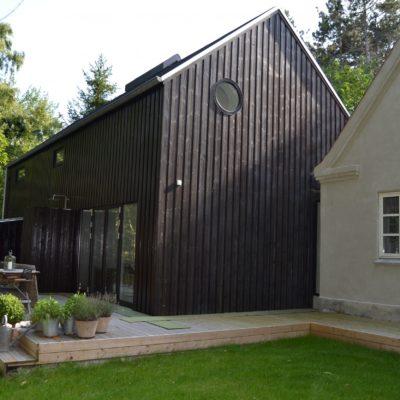 Helt ny tilbygning til sommerhus. Beklædt med træ. Indvendig vægge er ytong, gasbeton blokke.