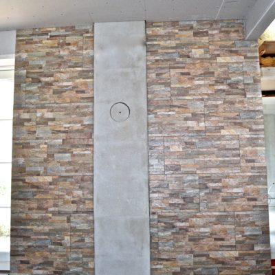 Pejsestue, 30X60 fliser opført i Granit stone look. Giver et flot udtryk som stenvæg