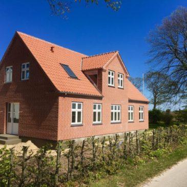 Nyt fuldtmuret hus i røde sten
