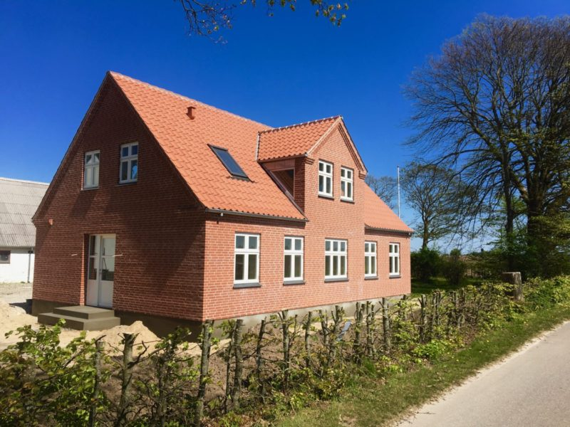 Forside på hus i røde mursten