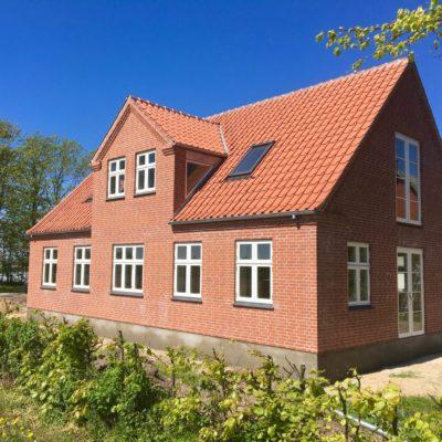Rødt fuldmuret hus forside